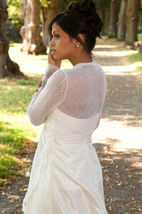 Getting married with a white knit cardigan for Boho and Vintage wedding