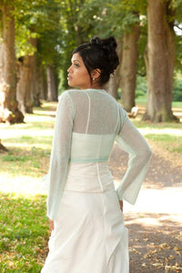 Getting married with a white knit jacket for Boho and Vintage wedding