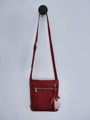 Cross Body handbag in red leather, with a large texture front pocket