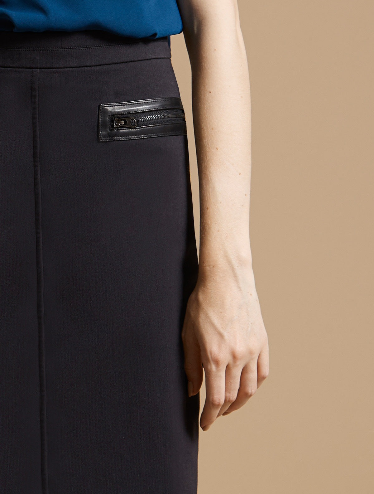 SLIM PENCIL SKIRT WITH ZIPPER DETAIL - Halston