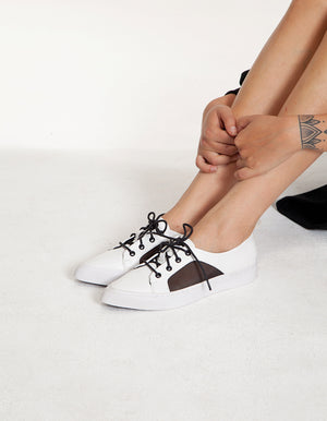 Pointed trainers in black and white
