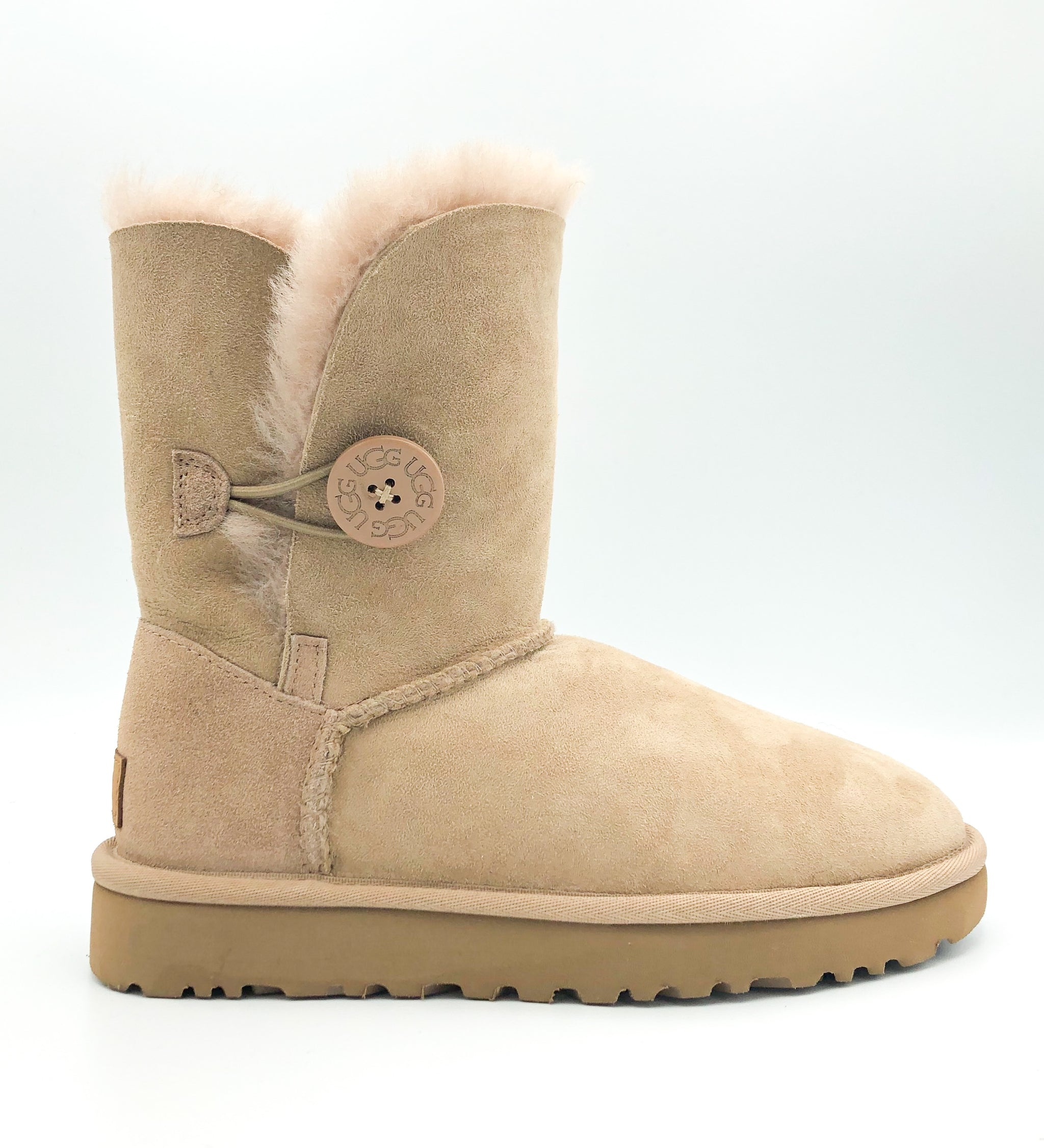 UGG - BAILEY BUTTON II IN FAWN