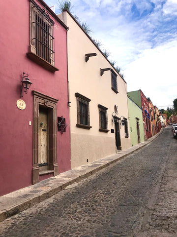 streetscape_color_homes_cobblestone_streets_architecture_san miguel de allende_mexico