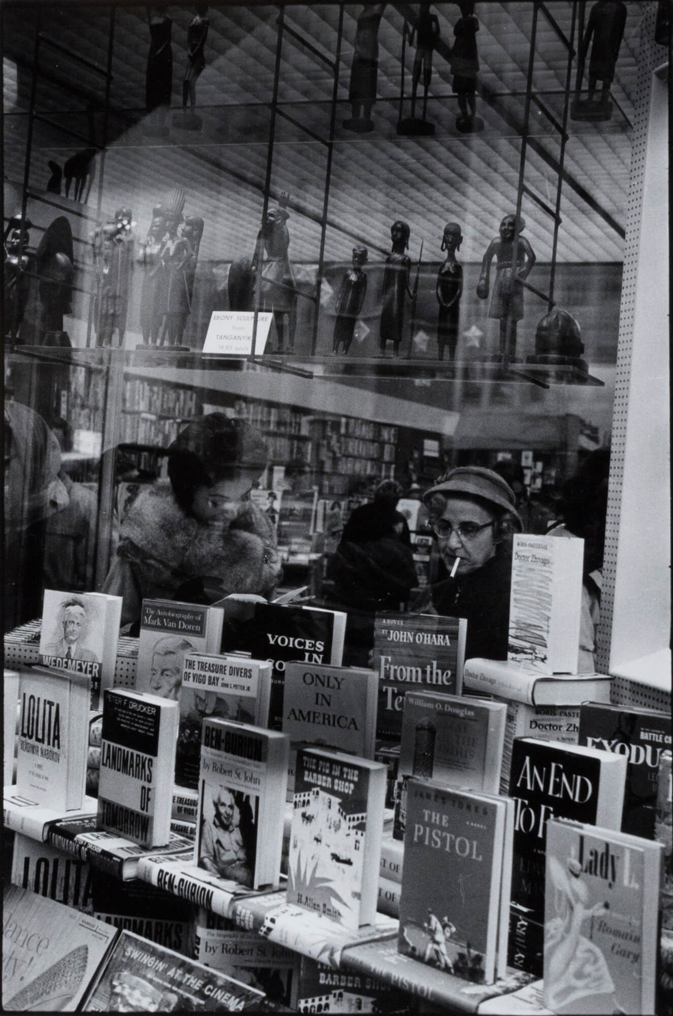 Bookstore on Fifth Avenue, New York City - Inge Morath | FFOTO