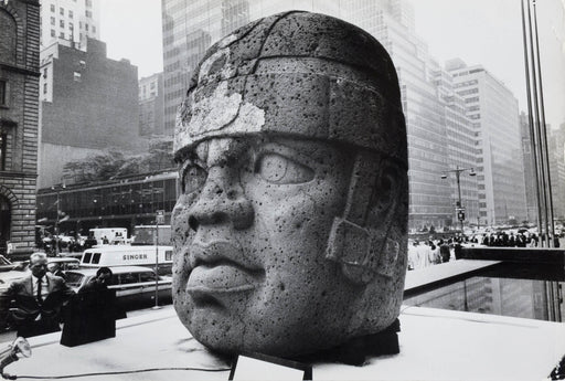 Olmec sculpture on Park Avenue, New York City - Inge Morath | FFOTO