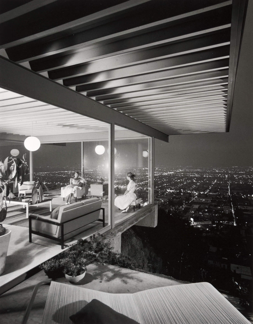 FFOTO-Julius Shulman-Case Study House #22 (two girls)
