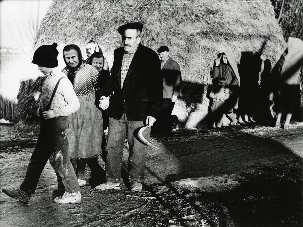 FFOTO-Mario Giacomelli-La Buona Terra (families coming in from hay fields)