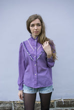 Load image into Gallery viewer, Camisa violeta con puntilla