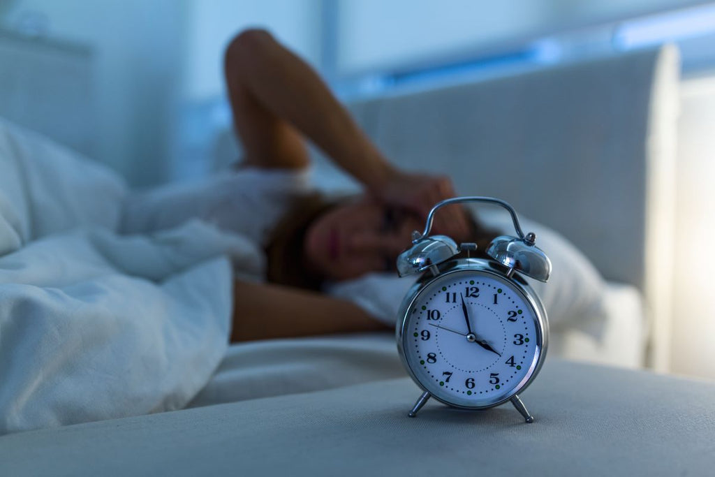 How long does it take to fall asleep: Woman lying awake in bed