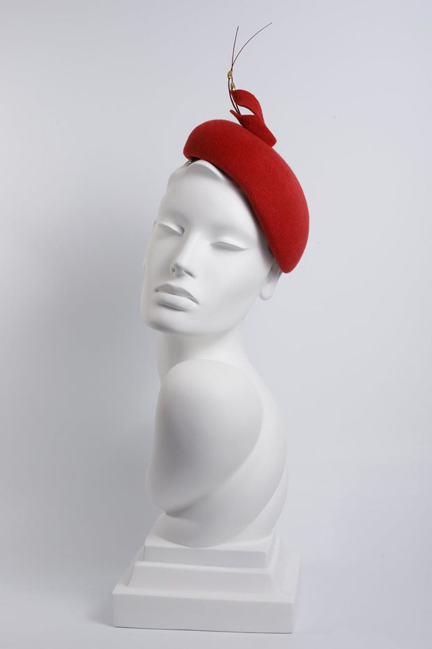Red Calotte、フェザーの詳細 'Valdis'  -  Maggie Mowbray Millinery