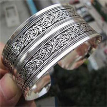 Load image into Gallery viewer, Antique Silver Plated Carve Pattern Bangle