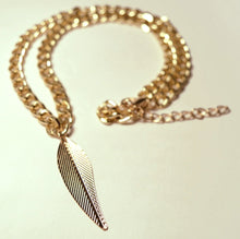 Load image into Gallery viewer, Feather pendant necklace