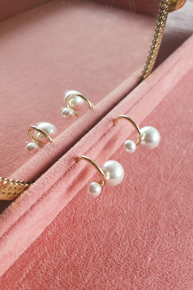 ASYMMETRIC PEARLS STUD EARRINGS