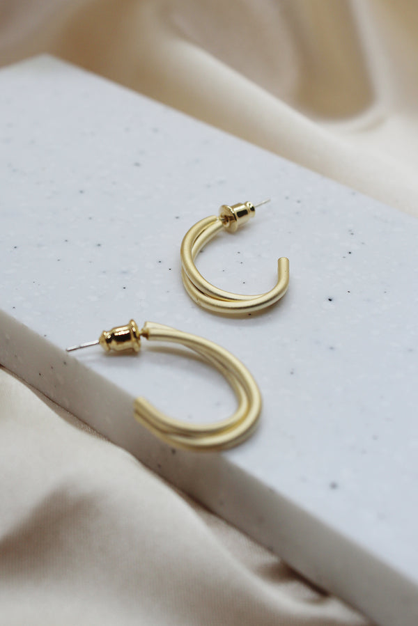 MATTE GOLD TWISTED WIRE HOOP STUD EARRINGS