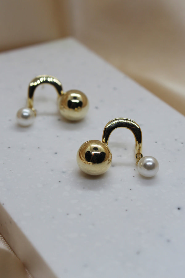 BEAD CHARM ARCH SHAPE STUD EARRINGS