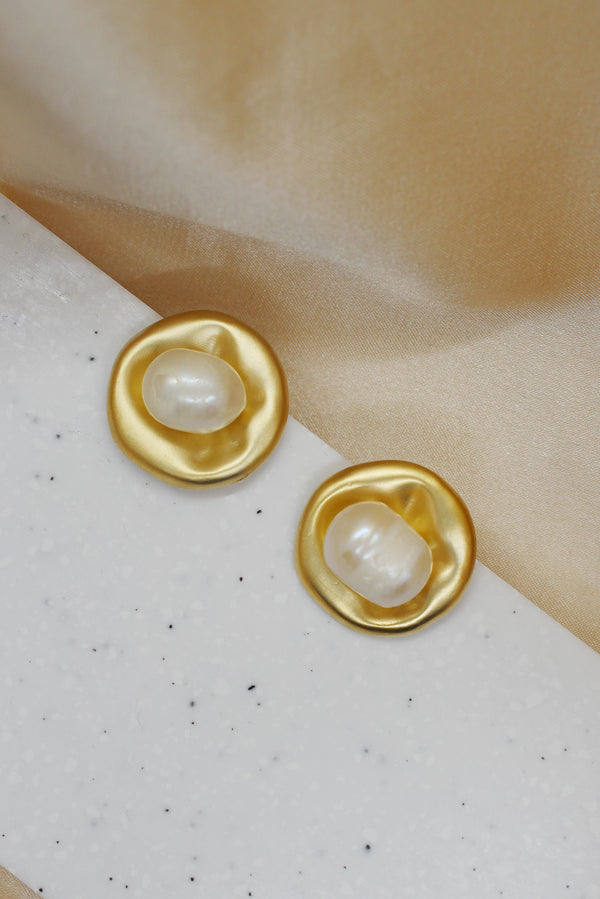 MATTE GOLD PEARL STUD EARRINGS