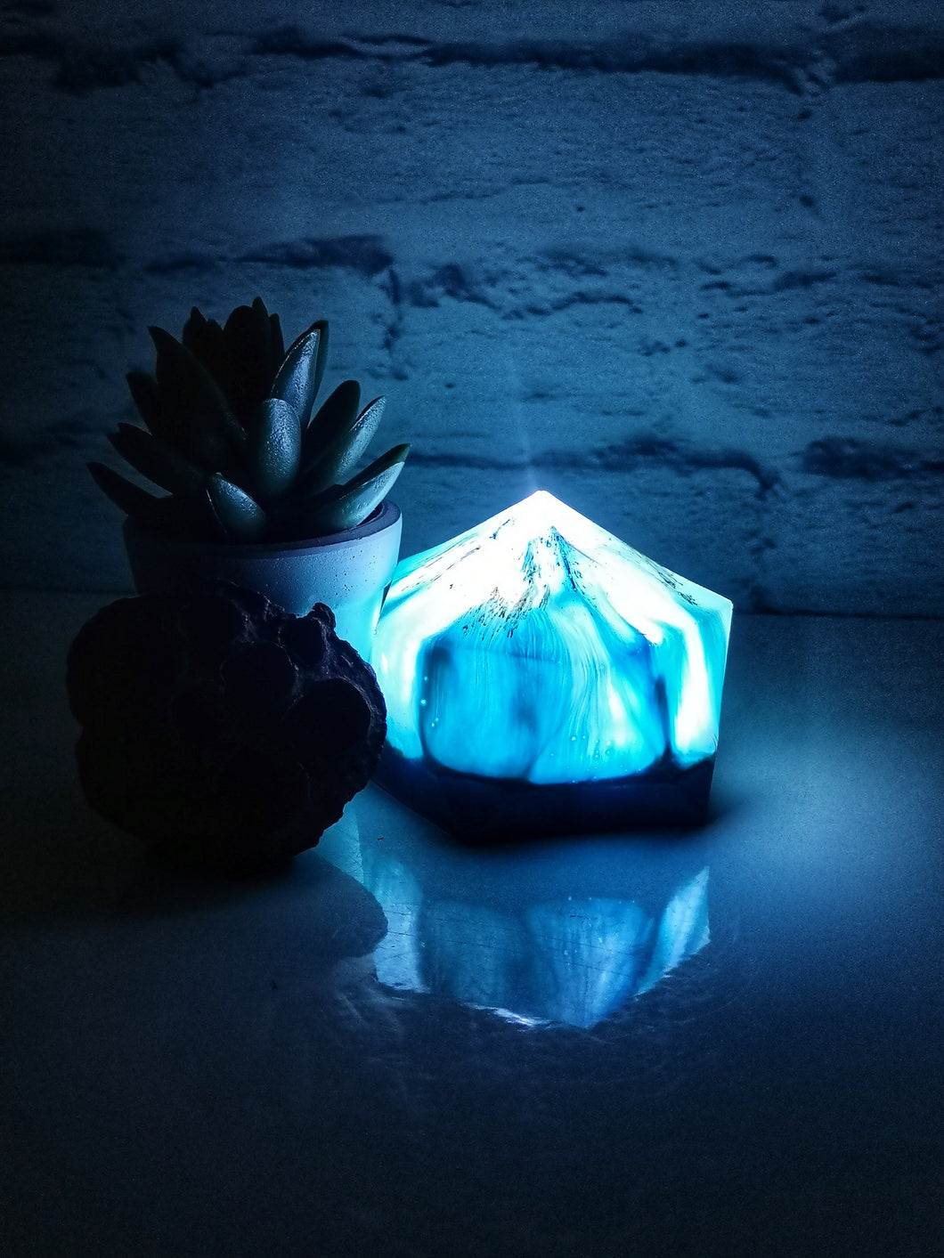 Resin geometric led light