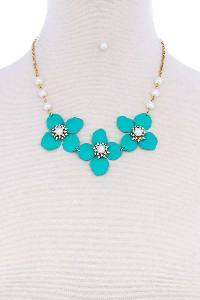 Stylish Flower And Pearl Necklace Set