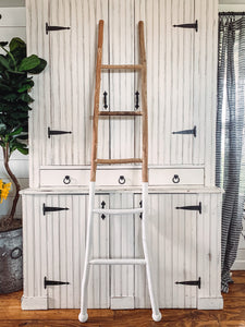 11. Wood and white dipped ladder - Baycreek & Co