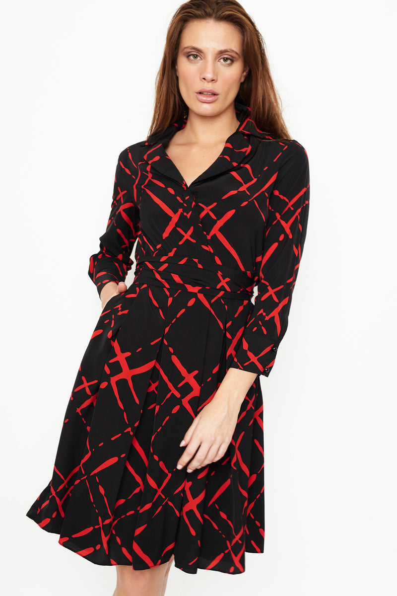 1 VESTIDO WRAP DRESS  EN SATEN ESTAMPADO INK,  CON CINTURON , NEGRO