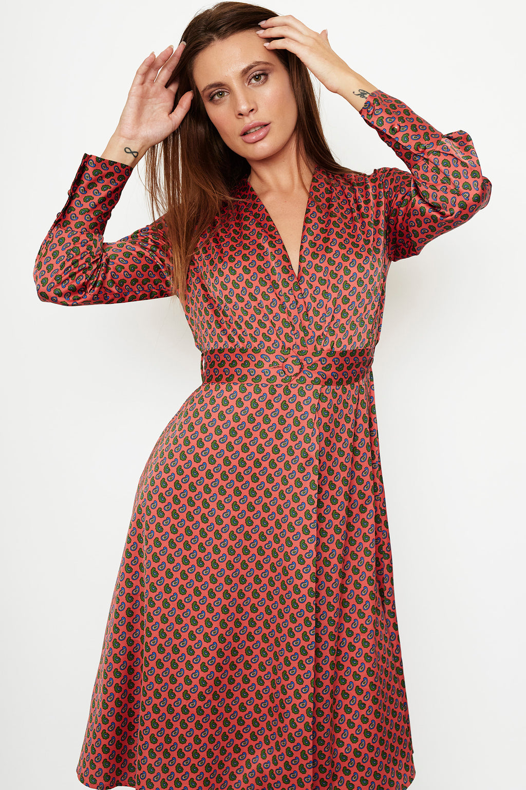 1 VESTIDO WRAP DRESS  EN SATEN ESTAMPADO PAISLEY CORAL