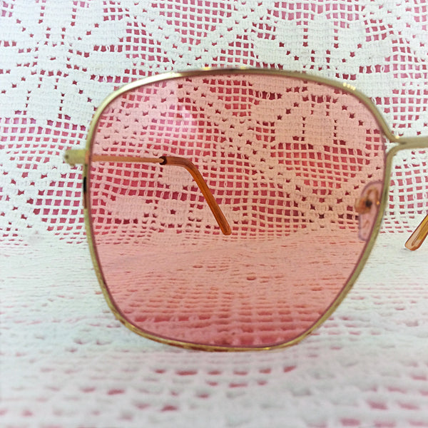 Chic Gold Sunglasses with a Pink Lens