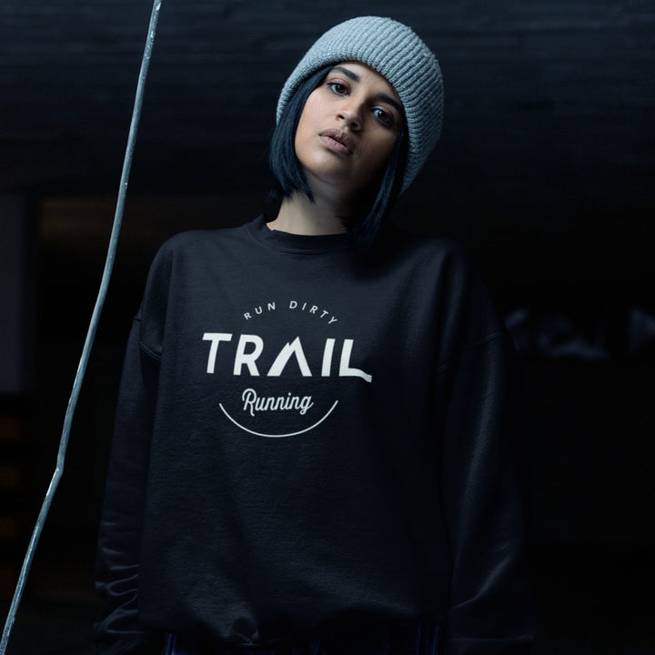 HIPSTER GIRL WEARING TRAIL RUNNING SWEATSHIRT