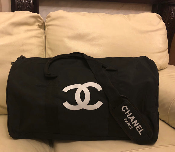 Chanel Travel / Gym / Duffle Bag with removable shoulder strap Outstanding classic design Adjustable/removable should strap Printed white Chanel CC logo in front Inside: 1x Zip Pocket High quality fabric