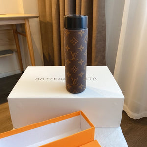 Louis Vuitton smart bottle is suitable for all kinds of needs, fashion design, high quality and LED temperature display. Legendary LV monogram leather cover with high quality printing technology makes your thermos bottle different. It will be a great gift idea for your and your friends.