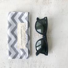 Load image into Gallery viewer, Bolsa para óculos GREY CHEVRON