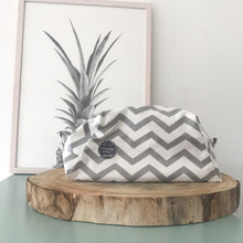 Load image into Gallery viewer, Necessaire grande GREY CHEVRON