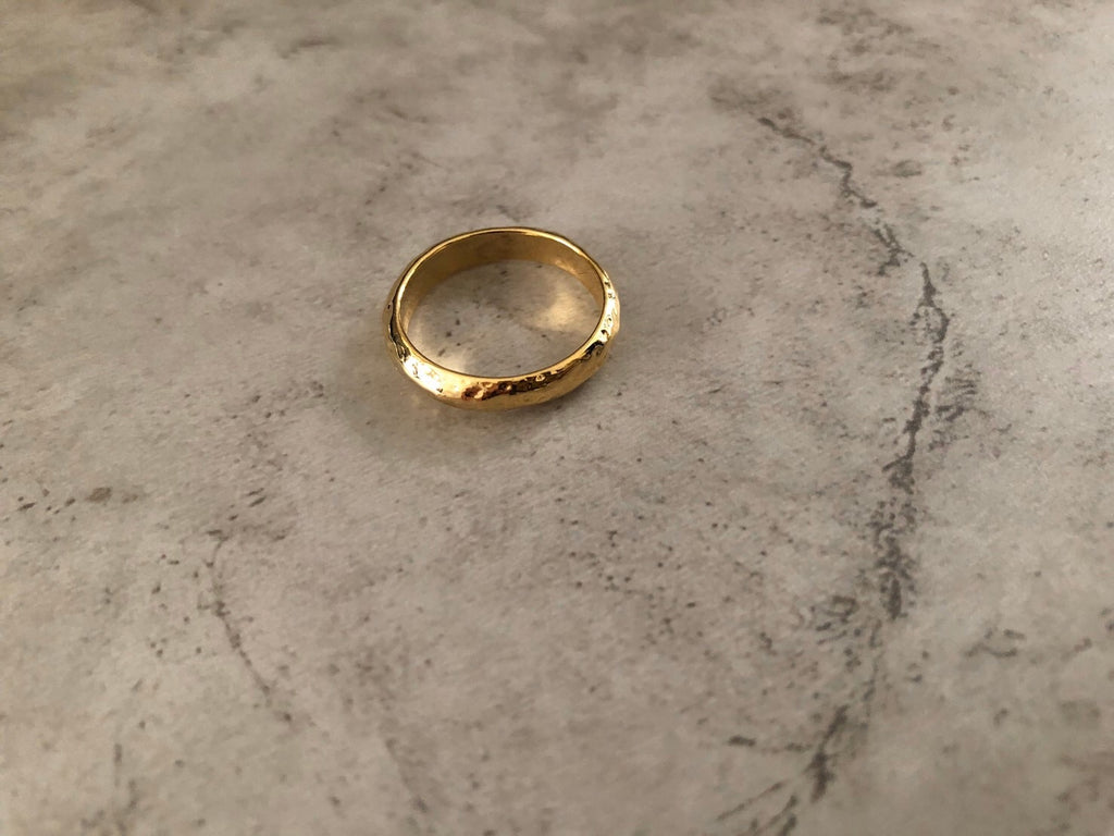 Hammered basic ring.