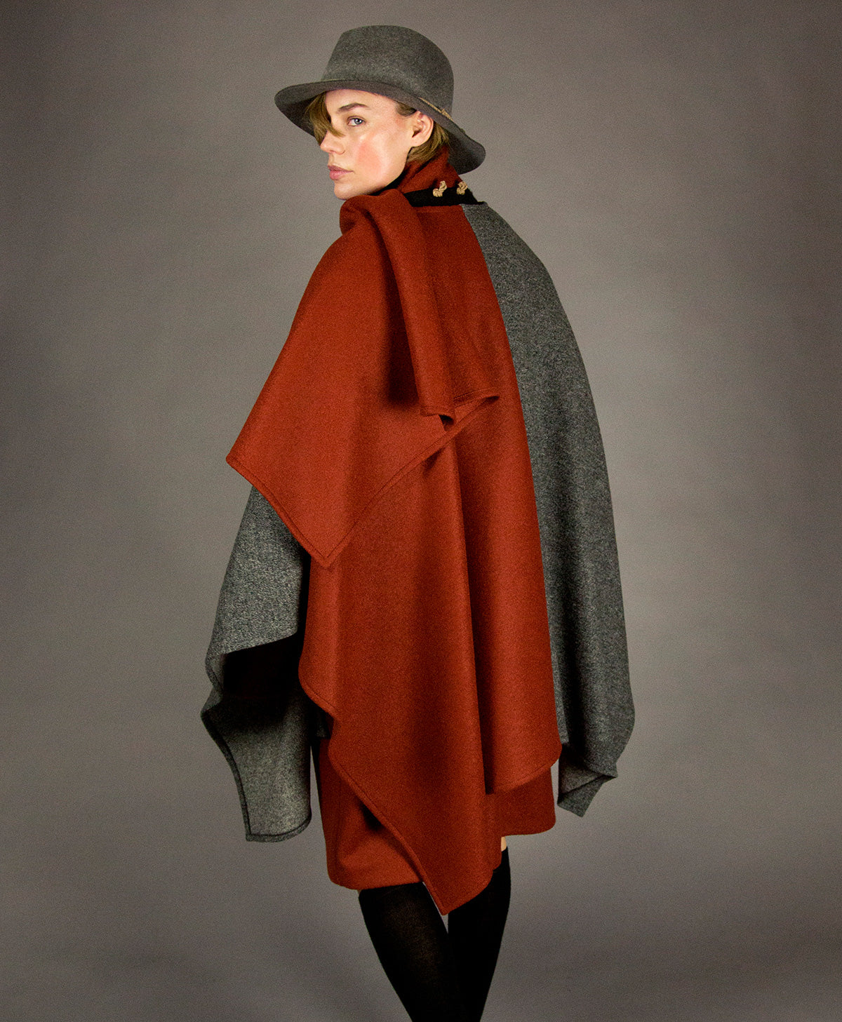 cloak 1 charcoal melange/rust color-block