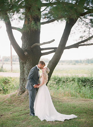 couple-kissing-under-a-tree