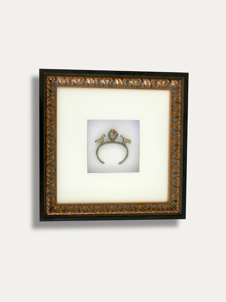 FRAME WITH A ROOSTER BRACELET IN BRASS FROM TIMOR, INCAPSULATED INSIDE A BEAUTIFUL WOODEN FRAME. THE SYMBOL OF A WISH COME TRUE