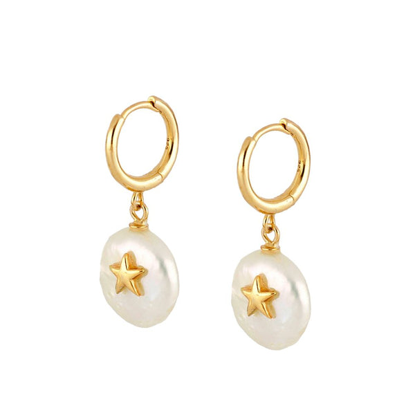 pequeños aritos de piercing con colgante de perla natural plana y estrella que están confeccionados en plata de ley con baño de oro 18 kilates. Gold plated sterling silver hoop earrings with natural pearl pendant