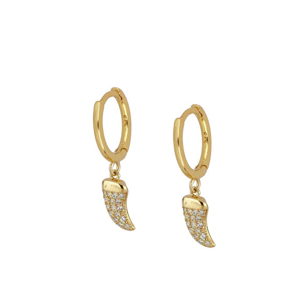 pequeños aros de piercing con colmillo de circonitas confeccionados en plata de ley con baño de oro 18 kilates. Gold plated silver hoop earrings for piercing with a zircon horn