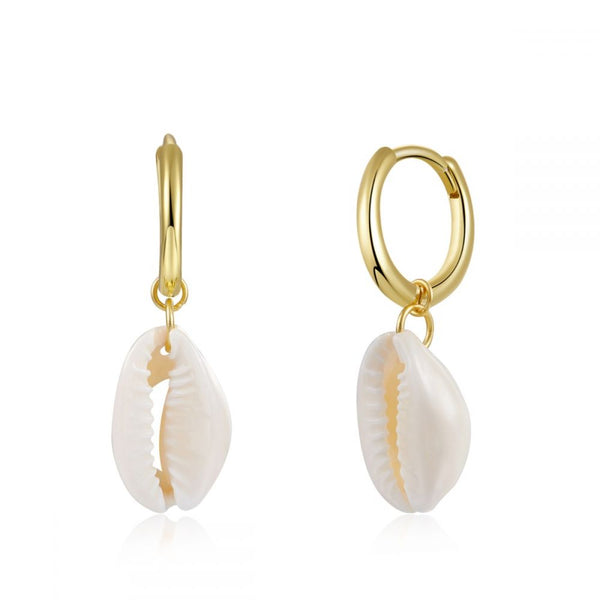 pendientes de aro con colgante de concha natural que están confeccionados en plata de ley con baño de oro 18 kilates. Gold plated sterling silver natural shell pendant hoop earrings for summer