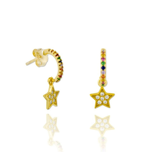 pequeños pendientes de aro multicolor con colgante de estrella confeccionados en plata de ley con baño de oro 18 kilates. Gold plated silver rainbow hoop earrings for piercing with a star pendant