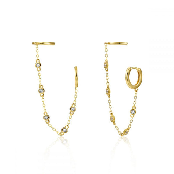pequeños aros de piercing conectados por cadena que están confeccionados en plata de ley con baño de oro 18 kilates. Gold plated sterling silver chained hoop earrings for piercing