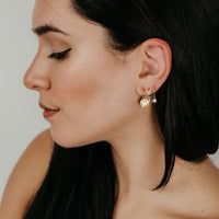 pequeños aros sencillos para piercing con colgante de circonita blanca. Están confeccionados en plata de ley con baño de oro 18 kilates. Gold plated sterling silver zircon pendant hoop simple earrings for piercing