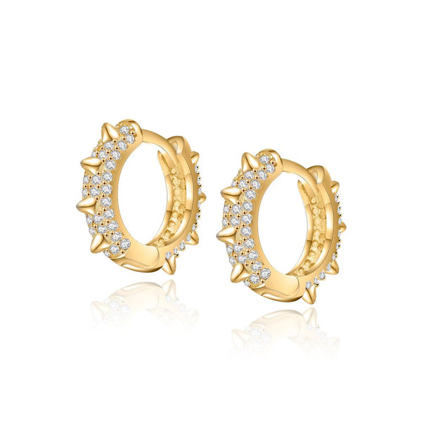 Pequeños pendientes de aro y circonitas con pincho confeccionados en plata de ley 925 con baño de oro 18 kilates. Gold plated sterling silver piercing hoop earrings with zircon and spikes
