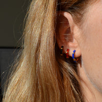 aros para piercing con esmalte azul klein confeccionados en plata de ley con baño de oro 18 kilates. Gold plated sterling silver blue varnished hoop earrings