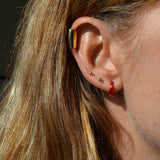 ear cuff ancho o pendiente falso sin agujero que imita un piercing en el cartílago. está confeccionado en plata de ley con baño de oro 18 kilates. Gold plated sterling silver wide and long ear cuff