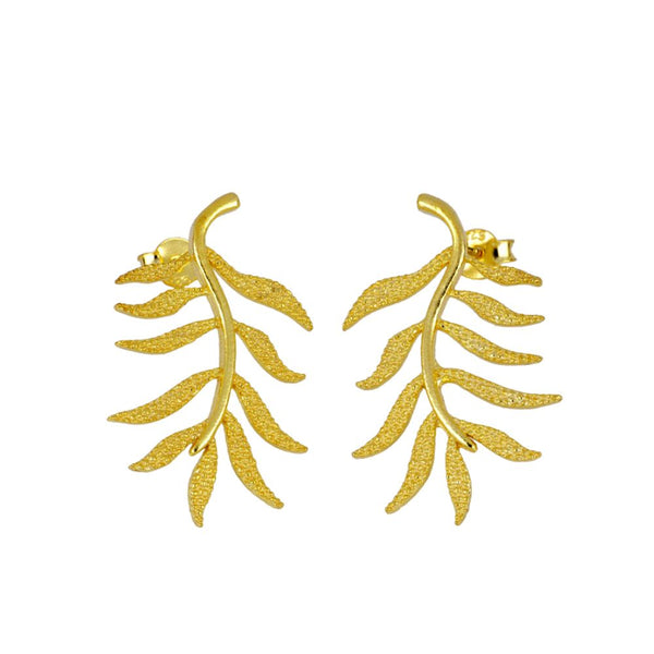 pendientes en forma de hoja confeccionados en plata de ley con baño de oro 18 kilates. Gold plated sterling silver plant leaf earrings