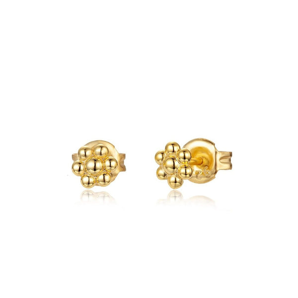 mini pendientes de flor con bolitas para cartílago confeccionados en plata de ley con baño de oro 18 kilates. Gold plated sterling silver small beaded flower earrings por piercing