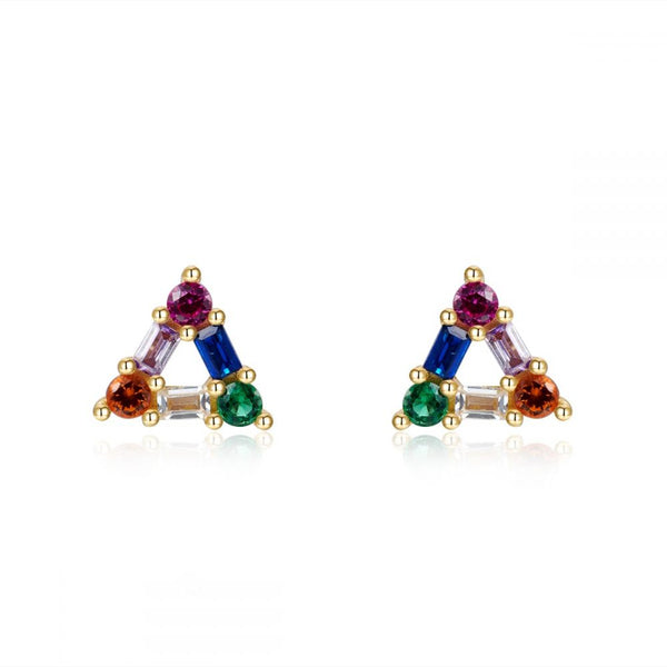 pendientes de triángulo multicolor para piercing anti alergia confeccionados en plata de ley con baño de oro 18 kilates. Anti allergic triangle gold plated sterling silver rainbow earrings for piercing.