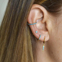 pendientes de aro turquesa para piercing confeccionados en plata de ley con baño de oro 18 kilates. gold plated silver turquoise hoop earrings and ear cuff