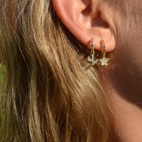pequeños pendientes de aro multicolor con colgante de cactus confeccionados en plata de ley con baño de oro 18 kilates. Gold plated silver rainbow hoop earrings for piercing with a cactus pendant