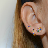 Pequeños pendientes de aro para niña o piercing de helix y tragus con circonitas multicolor confeccionados en plata de ley 925 con baño de oro 18 kilates. Gold plated sterling silver rainbow zircon small hoop earrings for piercing.